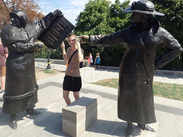 V rámci poznávání východní části Kanady navštívila Bára Augustýnová s manželem samozřejmě i hlavní město Ottawu. Na snímku jsou sochy slavných žen u Parlamentu nesoucí název Ženy jsou osoby!
