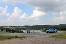 Nový úsek cyklostezky od Pilské nádrže podejde silnici I/37 a na odpočívadle před vyhlídkou uhne vlevo do nedalekého Stržanova.