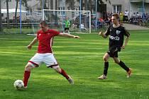 Fotbalisté Nedvědice (v červených dresech) v sobotu v souboji loňských nováčků I. B třídy na hřišti Hartvíkovic (v černém) neuspěli. Z Třebíčska se vrátili s porážkou 1:2.