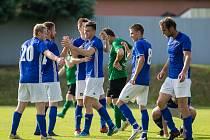 V posledních čtyřech utkáních krajského přeboru Vysočiny nasázeli fotbalisté Nové Vsi (v modrých dresech) svým soupeřům úctyhodných sedmnáct branek.