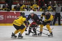 Hokejisté Žďáru nad Sázavou (v červenočerném) stále ještě mají šanci proklouznout do play-off II. ligy.