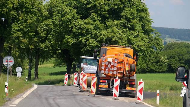 Provoz na trase Bobrová – Moravec brzdí přenosný semafor