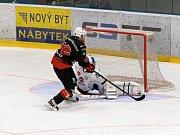 Na začátku října doma Žďár (v černém) podlehl Táboru (v bílém) 2:4. Tuto sobotu budou mít Plameny na ledě jihočeských hokejistů  možnost pro revanš.