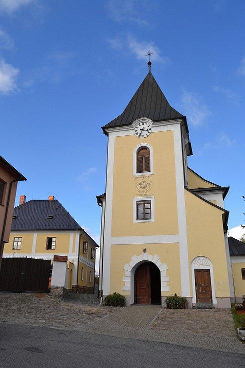 Kostel sv. Mikuláše a opravená fara v Heřmanově.