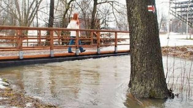 Ve Žďáře na Sázavě včera platil první povodňový stupeň. Cyklostezka vedoucí podél řeky byla v některých místech zaplavená, voda dosáhla téměř až k mostku.