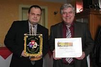 Starosta Nového Města na Moravě Michal Šmarda (vlevo) a místostarosta Stanislav Marek (vpravo) se pochlubili oceněním za první místo v celorepublikové soutěži Zlatý erb.