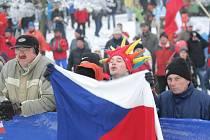 Tisíce fanoušků povzbuzovaly závodníky při Tour de Ski na stadionu u hotelu SKI i kolem tratí v lese u Nového Města na Moravě. Zítřejší pokračování závodů si prý nenechají ujít.