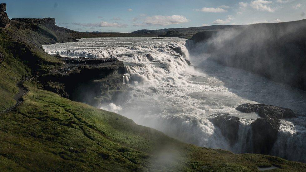Krajina na ostrovech cestovatelům učarovala; vodopád Gullfoss (Island).