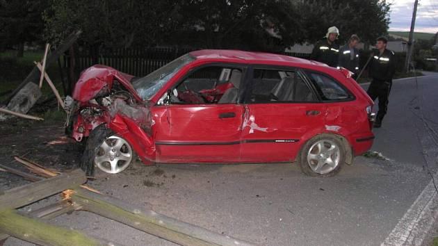 Vysoká rychlost se při jízdě vymstila řidiči Mazdy 323.
