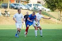 Fotbalisté Radešínské Svratky (v modrém) i béčka Žďáru (v bílém) o víkendu v přípravě shodně prohráli.