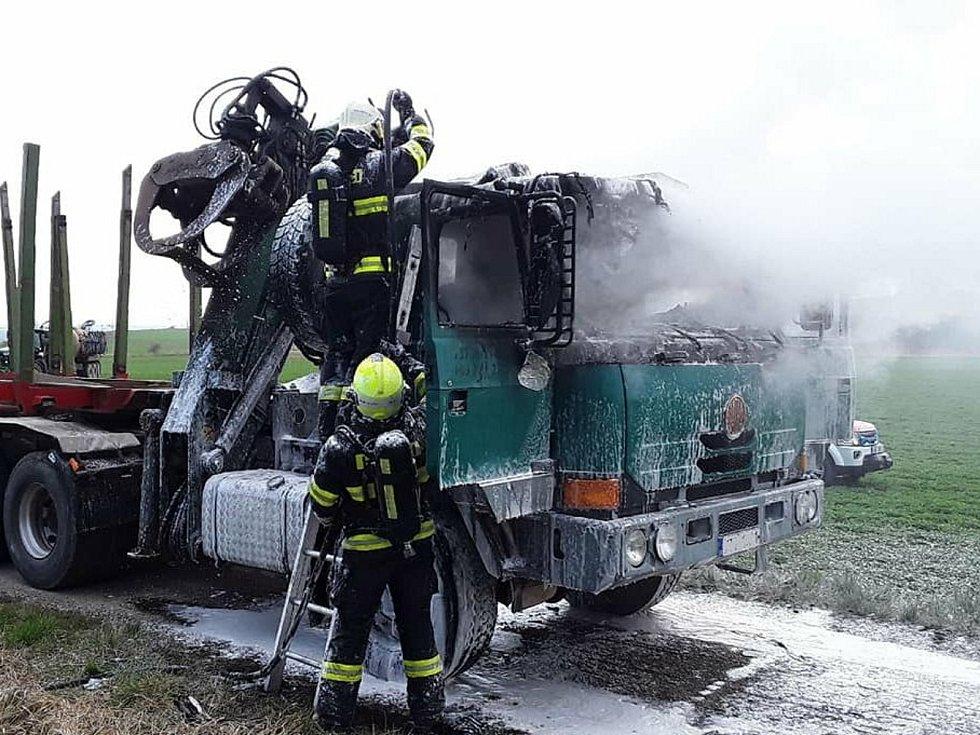 Požár nákladního auta zaměstnal hasiče na Žďársku.