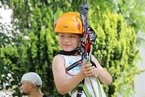 Při slavnostech Nova Civitas v Novém Městě na Moravě si mohly děti vyzkoušet lezení na strom pod dohledem lezců z místního horolezeckého oddílu Trip Team.  Na snímku po laně šplhá Ondřej Kadlec.