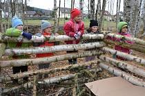 Do budování přírodní učebny se zapojili i někteří křižánečtí školáci se svými rodiči. Postavili třeba hadník, jenž slouží jako zimoviště plazů, slepýšů, ještěrek a mnoha druhů hmyzu, například stonožek a stínek.