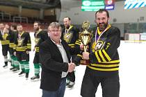 Takto v březnu předával pořadatel Vesnické ligy Karel Daniel (vlevo) pohár za vítězství v jubilejním dvacátém ročníku mužstvu Bohdalce.