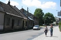 O víkendu budou čtyři městské domy v Žižkově ulici srovnány se zemí, pátý zůstane stát.