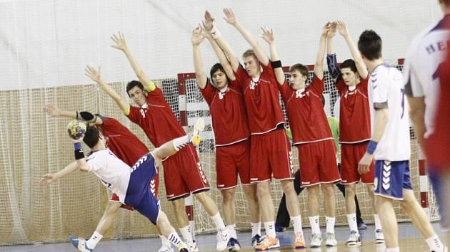 Řecký házenkář se snaží prostřelit českou hráz. Úvodní vítězství o čtrnáct branek dodalo národnímu týmu nejen potřebné sebevědomí, ale i klíčový náskok před Slovenskem.