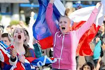 Hokejoví fanoušci ve Žďáře nad Sázavou prožívali utkání českých hokejistů s Němci na žďárském náměstí Republiky. Při posledních dvou zápasech mistrovství světa emoce na náměstí hromadně eskalovat nebudou, další společné fandění není v plánu.