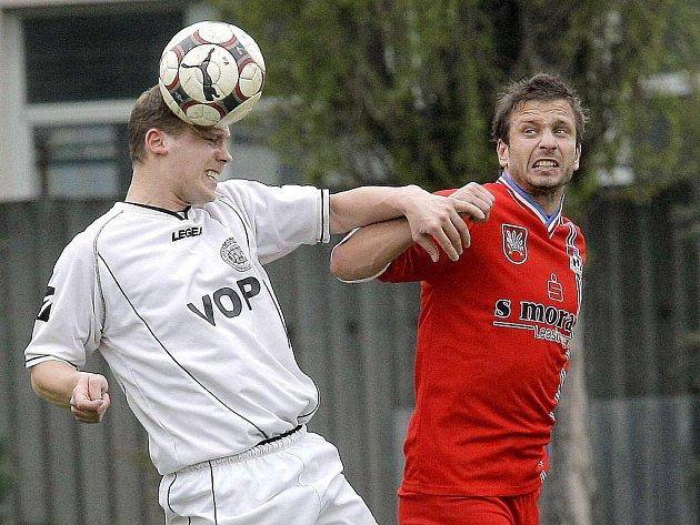 Fotbalisté Velkého Meziříčí (v červeném dresu Jiří Brychta) odjeli do Konice oslabeni. I tak se jim však povedlo přivézt bezbrankovou remízu 0:0.
