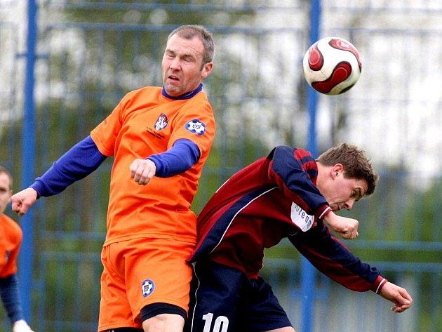 Polenský Petr Tomas (vlevo) vyhrál hlavičkový souboj s Ondřejem Šustáčkem a stejně dopadl i jeho tým. V krajském přeboru se ještě rýsuje drama.