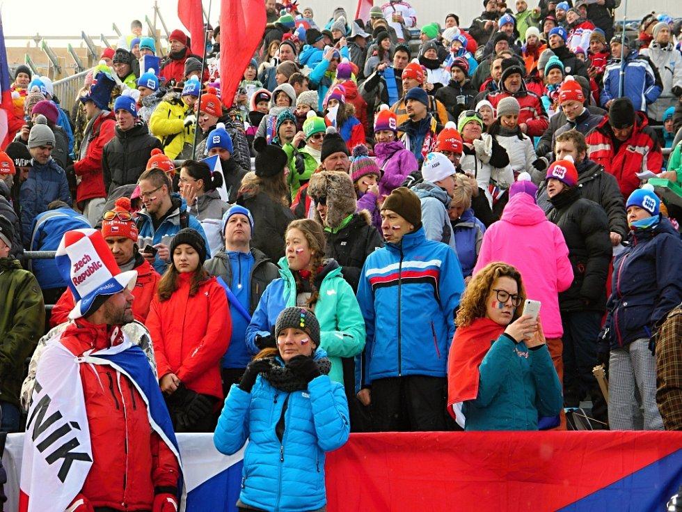Biatlonoví fanoušci se v sobotu do Vysočina Areny začali přesunovat už čtyři hodiny před začátkem závodů.
