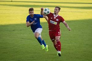 Ve druhém kole letošního ročníku MSFL se fotbalisté Velkého Meziříčí (v červeném dresu) v pátek představí na stadionu Znojma.