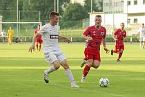 První domácí body v sobotu vybojovali fotbalisté Bystřice nad Pernštejnem (v červeném). Žďár nad Sázavou (v bílém) zdolali po obratu v závěrečných minutách zápasu 2:1.