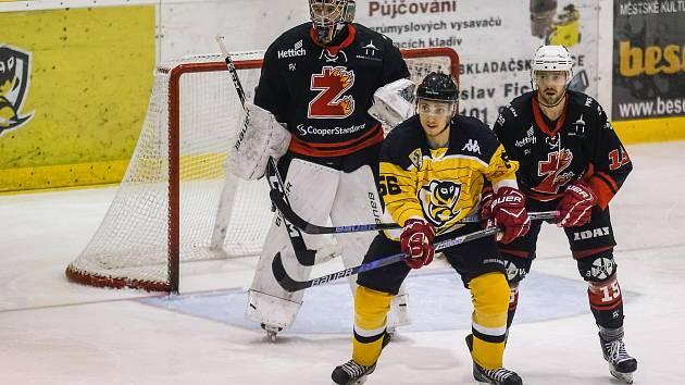 Stejný výsledek, výhru 3:2, si v sobotu připsali hokejisté Moravských Budějovic (ve žlutém) i Žďáru (v černém).