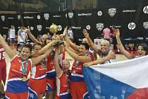 Basketbalistky Podolí posílené o žďárskou Věru Stočkovou (klečící uprostřed) vyhrály veteránské mistrovství světa. Ve finále v americkém Orlandu porazily Kolumbii 55:49.