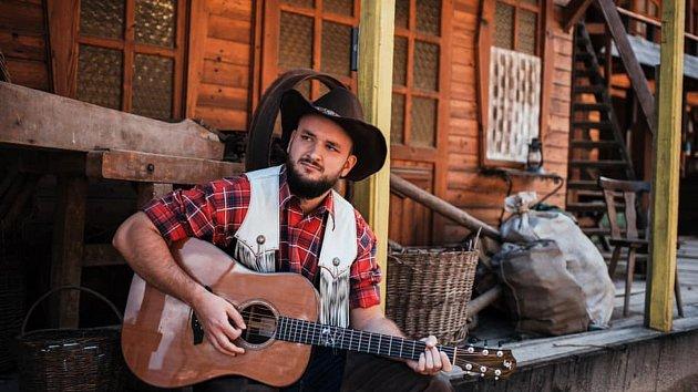 Jsem Pražák vychovaný na vsi, říká ve své nové písni zpěvák Pokáč