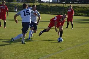 Hned od prvního kola letošního ročníku druhé nejvyšší krajské soutěže potvrzují fotbalisté rezervy Nového Města (v červeném) postupové ambice.