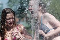Snad nejlépe si letní, sluncem rozpálený den, užívají lidé u vody. To ale není vždy možné. Proto je důležité alespoň důkladně dodržovat pitný režim.