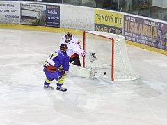 Hokejisty Žďáru (v bílém gólman Jiří Sláma) doma v sobotu čeká nebezpečný Nymburk.