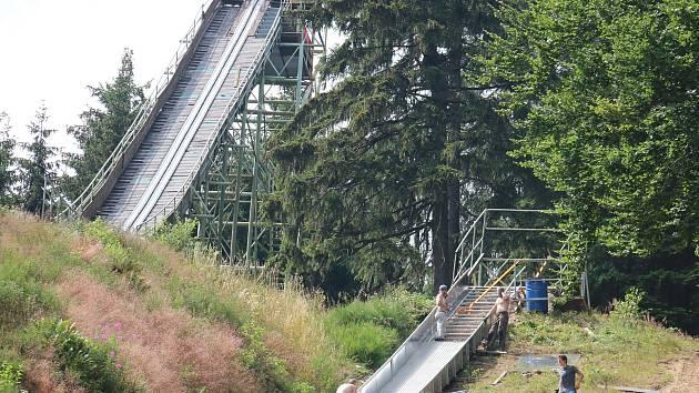 Menší ze dvou skokanských můstků na kopci Šibenice bude mít novou kovovou konstrukci.