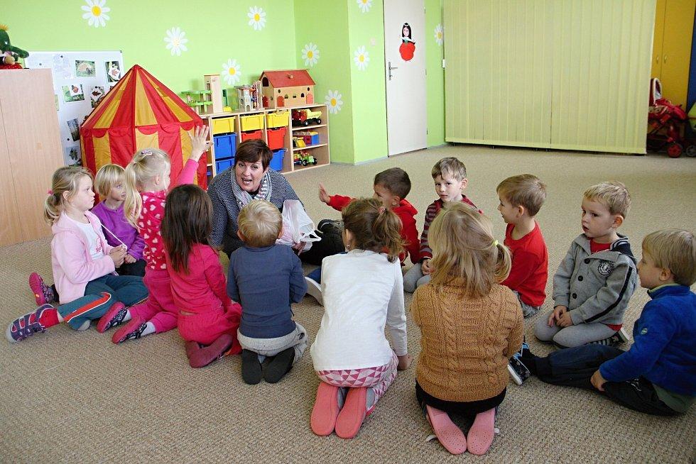 Děti si ve školce povídaly, jak a co v neděli jejich maminky doma vařily, když nešel elektrický proud.