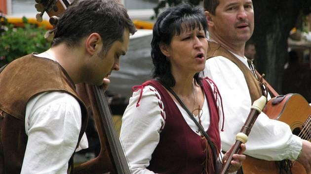 V klidnější chvilce zahrála na dobovou notu kapela Camerata.