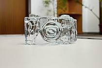 """""""Přístroj"""" ze škrdlovického skla je výrobkem sklářské huti U Hrocha."""