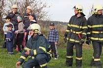 Dobrovolní hasiči z Rokytna, Kuklíku a Studnic se setkali v rámci námětového cvičení, které velitelé jednotlivých úseků několik týdnů dopředu domlouvali a připravovali. Fiktivní požár hasili na kopci Kříbu nad Rokytnem.