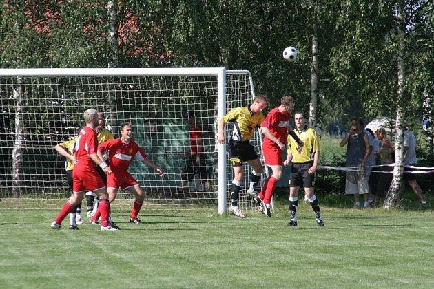 Fotbalisté Bohdalova (ve žlutém) mohou slavit záchranu. ... 8c4aafda60