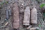 Muž našel v lese u obce Jámy předměty připomínající munici. Celkem šest granátů.
