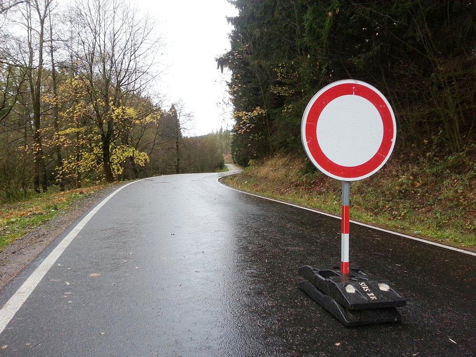 Silnice z Vojnova Městce ve směru na Hlinsko je uzavřená. V lese před Košinovem na komunikaci popadaly stromy.