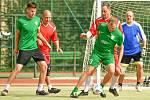 Fotbalisté Kozel Teamu (v zelených dresech) měli po podzimu našlápnuto k dalšímu celkovému triumfu ve Žďárské lize malé kopané. Na něj si teď ovšem musí nechat zajít chuť.