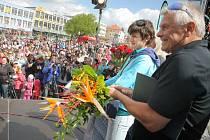 Martinu Sáblíkovou a jejího trenéra Petra Nováka přivítaly v neděli na náměstí Republiky stovky fanoušků.