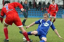 Fotbalisté Ždírce (v modrém Tomáš Šnobl) Velké Meziříčí neporazili a z divize se po roce poroučejí zpátky do krajského přeboru.