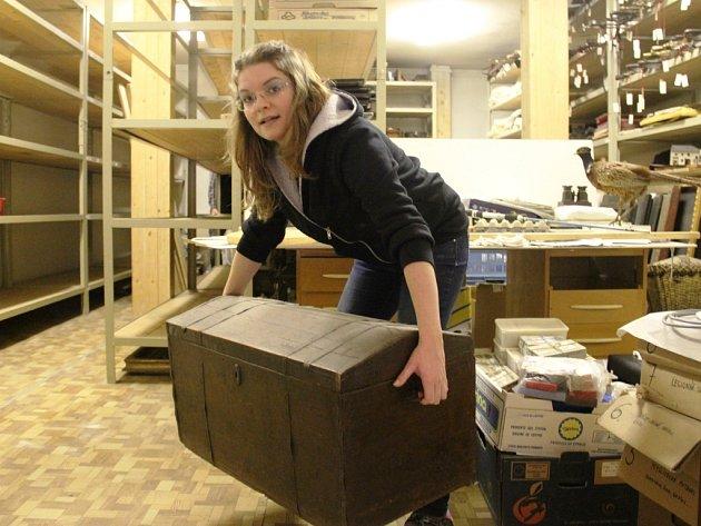 Historické artefakty stěhují pracovníci muzea z depozitáře