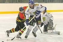 Hokejisté Velkého Meziříčí (v bílém) vstoupili do sezony vítězně, když zvládli i derby ve Velké Bíteši. Ta měla naopak po 2. kole na svém kontě dvě porážky.