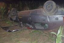 Auto vyletělo ze silnice u Polničky a skončilo v poli převrácené na střechu.