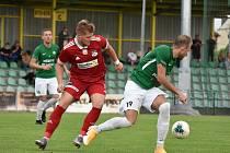 Prakticky pořád o krok pozadu byli v sobotním domácím utkání proti Hlučínu (v zelených dresech) fotbalisté Velkého Meziříčí (v červeném).