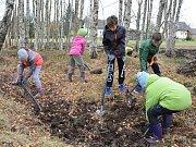 Do budování přírodní učebny se zapojili i někteří křižánečtí školáci se svými rodiči. Společnými silami vykopali například novou tůňku.