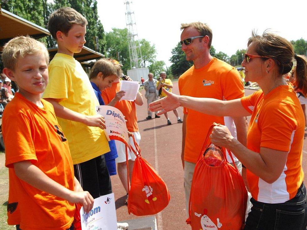 Patroni Kinderiády Tomáš Dvořák a Ludmila Formanová předávají ceny úspěšným mladým atletům.
