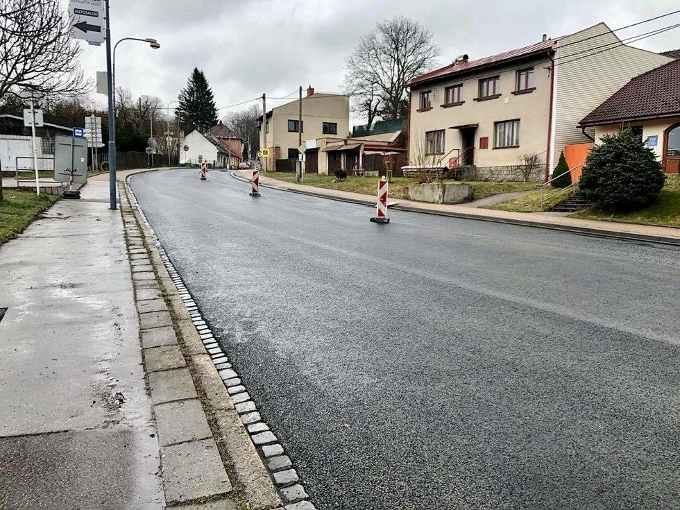 Tři sta padesát metrů dlouhý úsek na silnici 1/19 od křižovatky s ulicí Masarykova směrem na Bystřici nad Pernštejnem prochází rekonstrukcí.